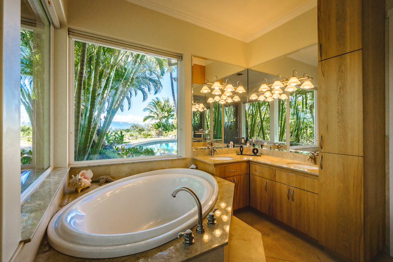 The tub of the downstairs master bathroom at 193 Ohaoha.